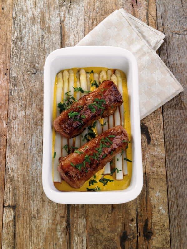 Gebakken lamsvlees met witte asperges, groene kruiden en mosterdsaus