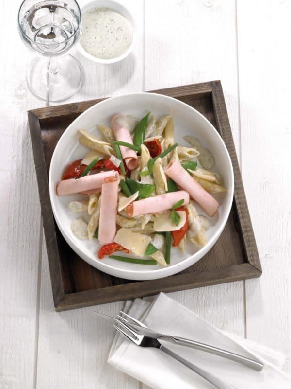 Pastasalade met kippenwit, parmezaan en pestodressing