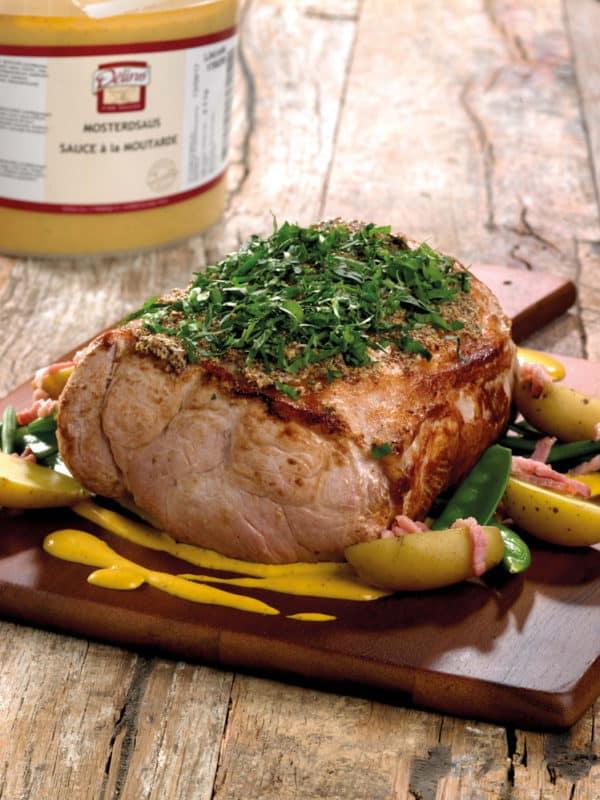 Varkensgebraad met groene groente, jonge aardappel met spek en mosterdsaus